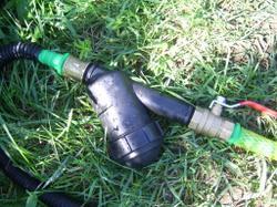 Фильтр для очистки воды от загрязнений. Соединён с магистральным шлангом и шлангом от насоса.